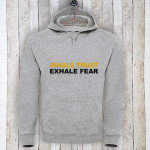 Hoodie met tekst Inhale trust, exhale fear