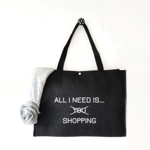 Vilten tas met tekst All I need is shopping