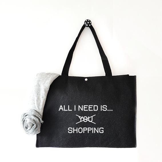 Vilten tas met tekst All I need is shopping