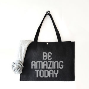 Vilten tas met tekst Be amazing today