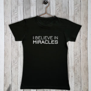 Basis t-shirt met tekst I believe in miracles