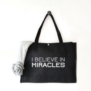 Vilten tas met tekst I believe in miracles