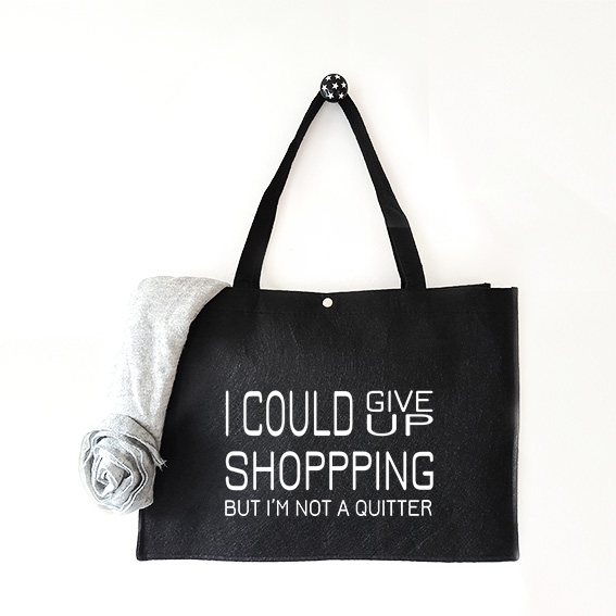 Vilten tas met tekst I could give up shopping