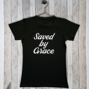 Basis t-shirt met tekst Saved by grace