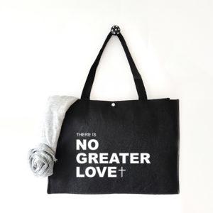 Vilten tas met tekst No greater love