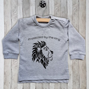Sweater met tekst Protected by the king