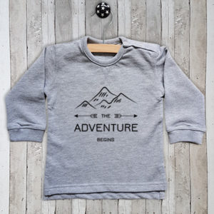 T-shirt met tekst The adventure begins