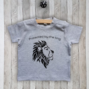 T-shirt met tekst Protected by the king