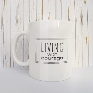 Mok met tekst Living with courage