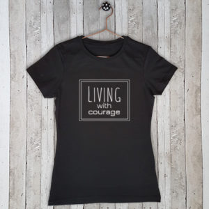 Stretch t-shirt met tekst Living with courage