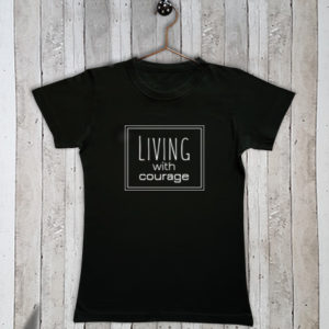 Basis t-shirt met tekst Living with courage