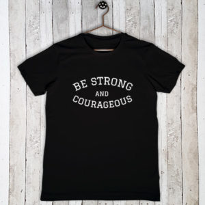 Stretch t-shirt met tekst Be strong and courageous