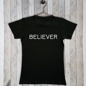 Basis t-shirt met tekst Believer