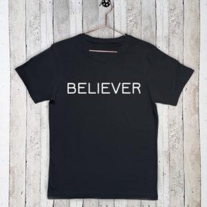 Basis t-shirt met tekst Believer
