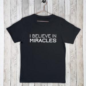 Basis t-shirt met tekst I believe in miracles